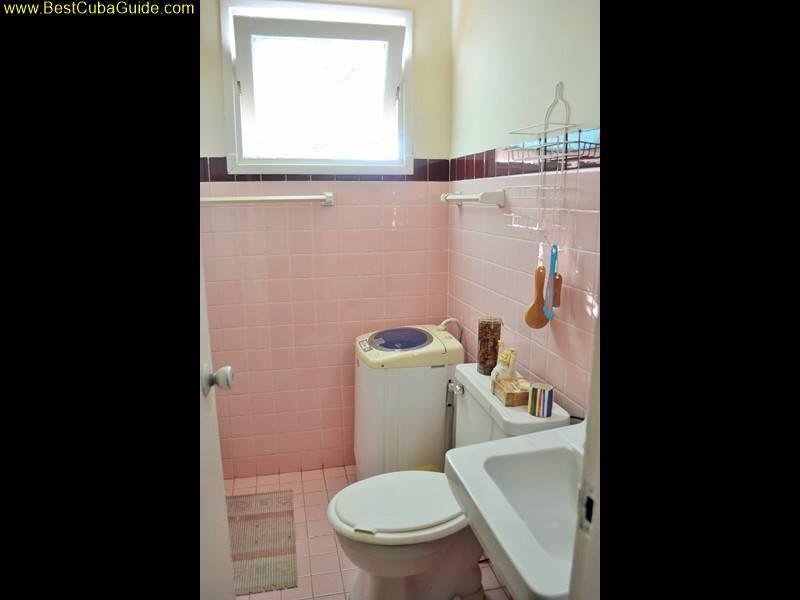 Independent apartment casa particular vedado Havana Ivelis large bathroom