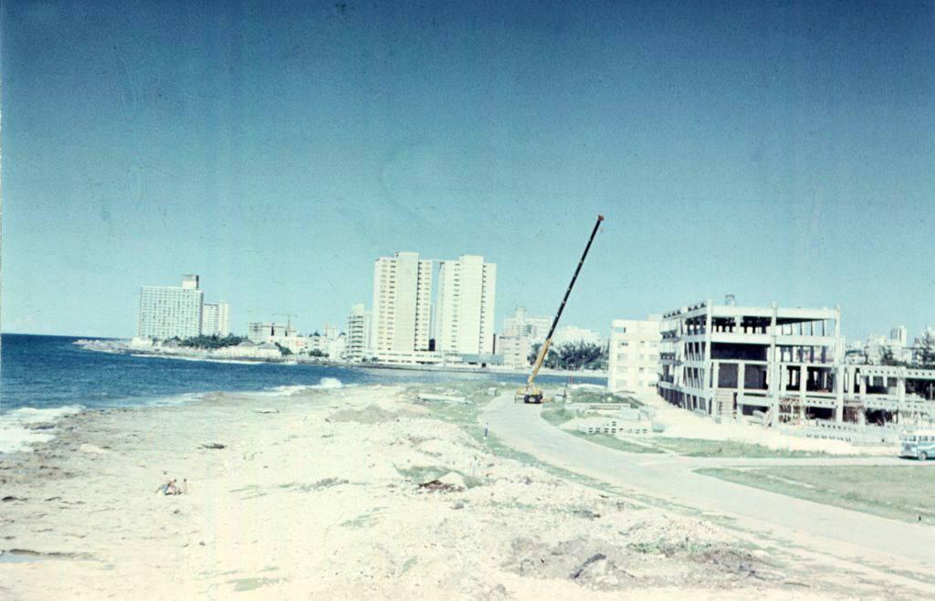 Construction of the Cubalse building in Miramar (La Puntilla) 1976