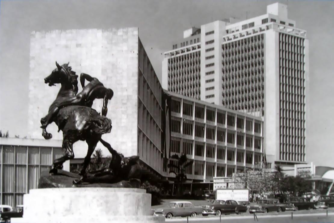 Ave 20 de mayo y la Calzada de Ayestarán, La Habana, Ca. 1960.