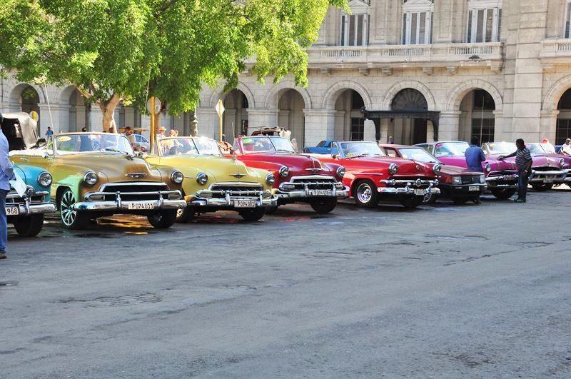 Classic American Cars, Near the Capitolio Building