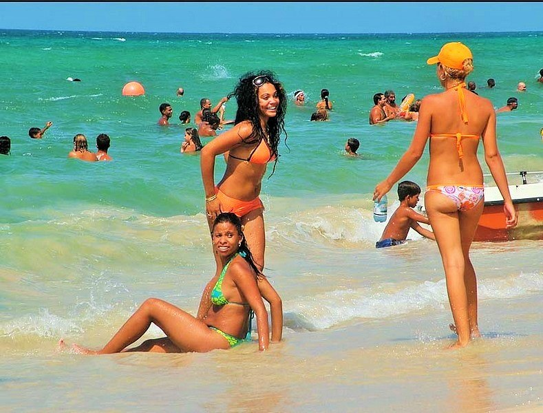 Havana-beach-girls-cuba (Copy)
